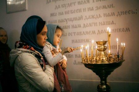 Нижний храм Блаженной Ксении Петербуржской прихода Феодоровской иконы Божьей Матери в Астрахани отметил престольный праздник