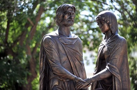 В Астрахани приступили к возведению скульптурной композиции Петра и Февронии Муромских
