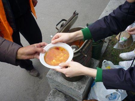 Молодёжь Астраханской епархии провела благотворительную акцию  по раздаче горячих обедов