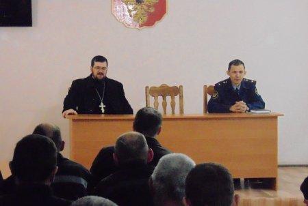 В Астрахани осуждённые колонии встретились со священником