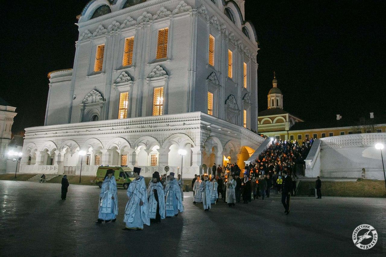 Праздник Светлого Христова Воскресения в Успенском кафедральном соборе г. Астрахани