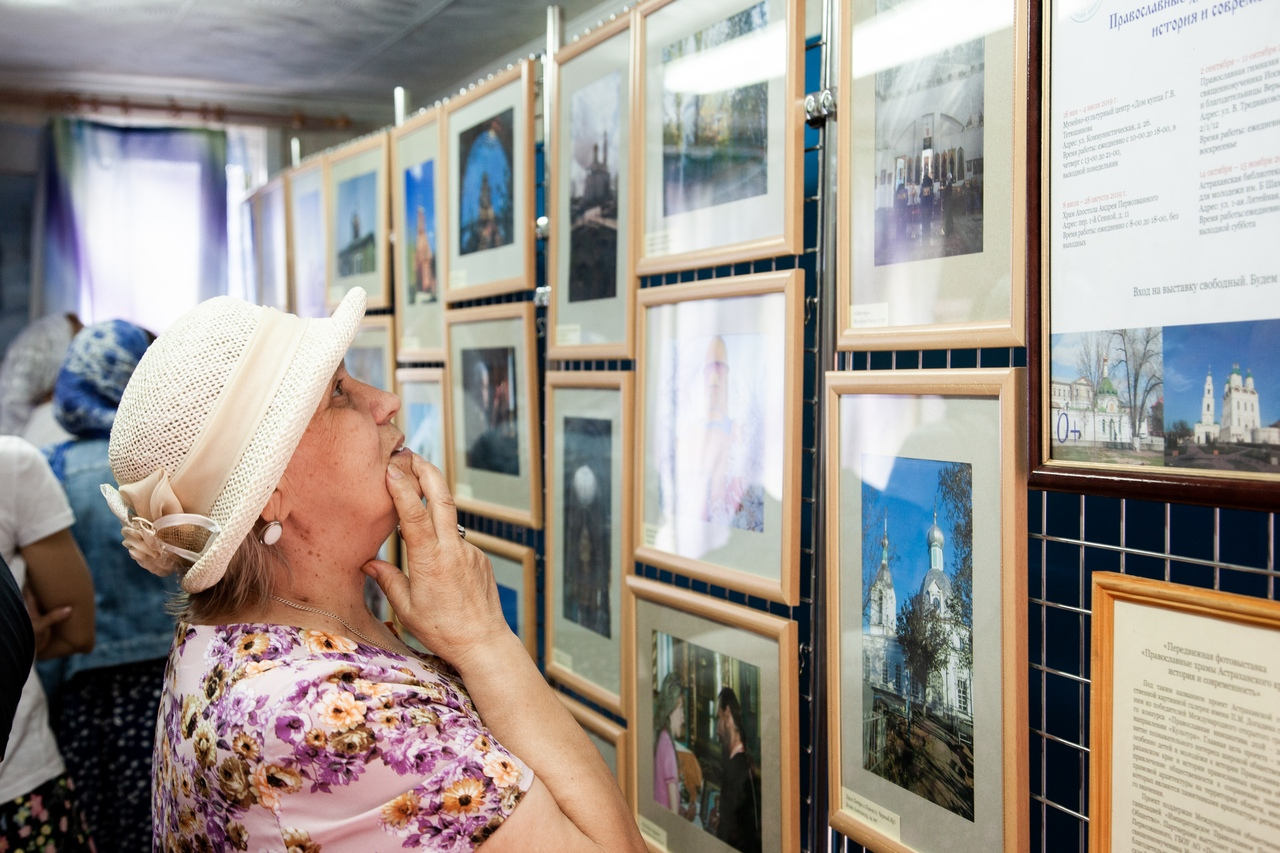 При храме св. апостола Андрея Первозванного проходит фотовыставка «Православные храмы Астраханского края»