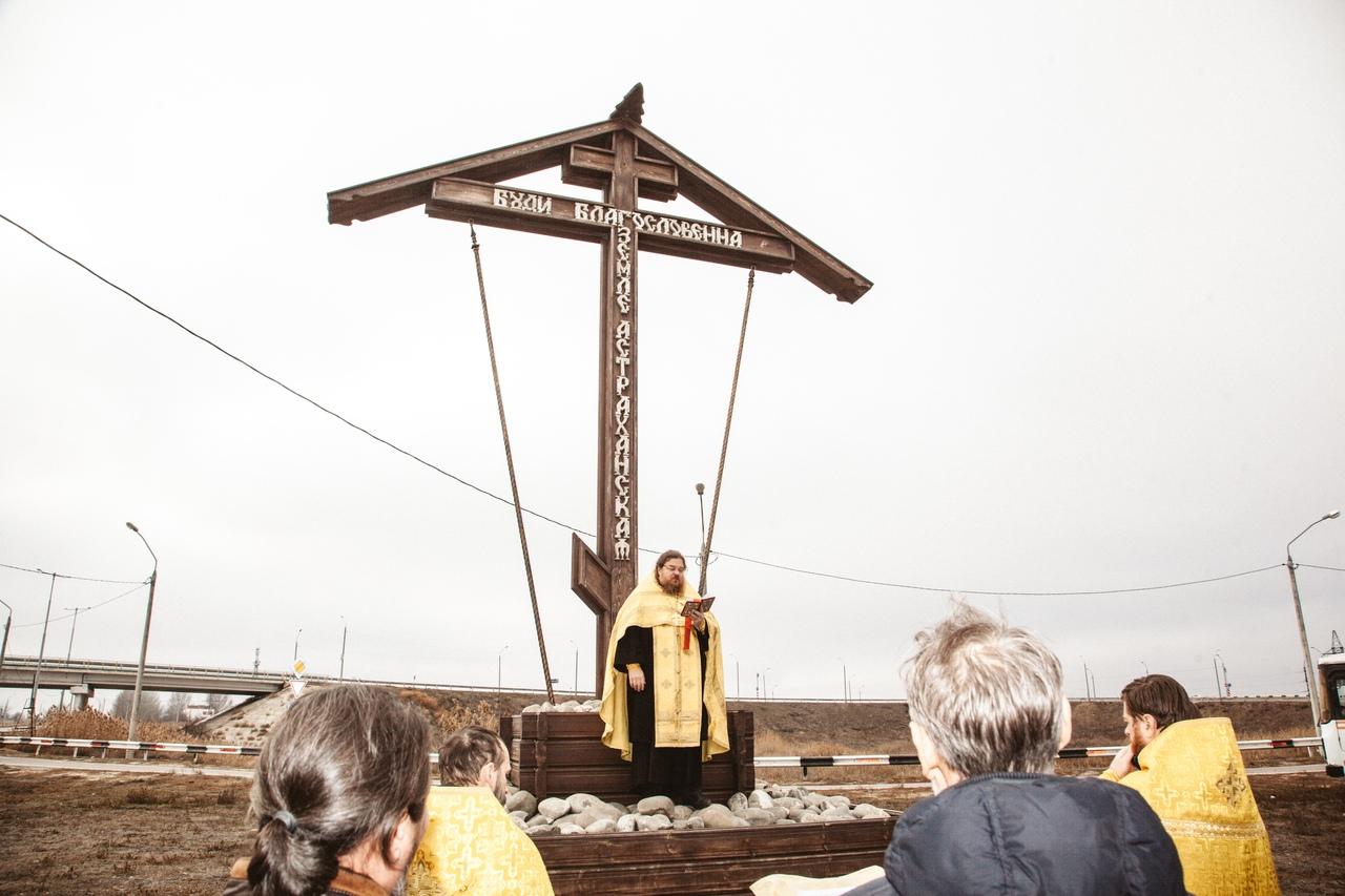 Молебен у поклонного креста