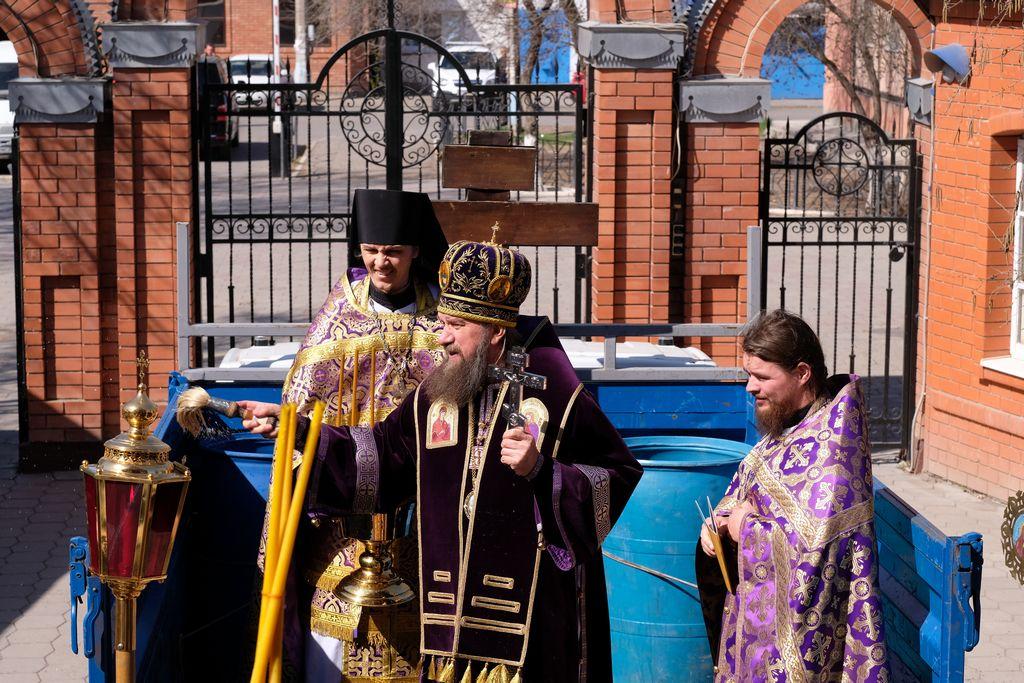 Молебное пение и крестный ход об избавлении от коронавируса